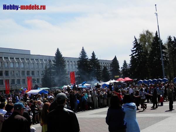 Жители празднуют 9 мая 2014