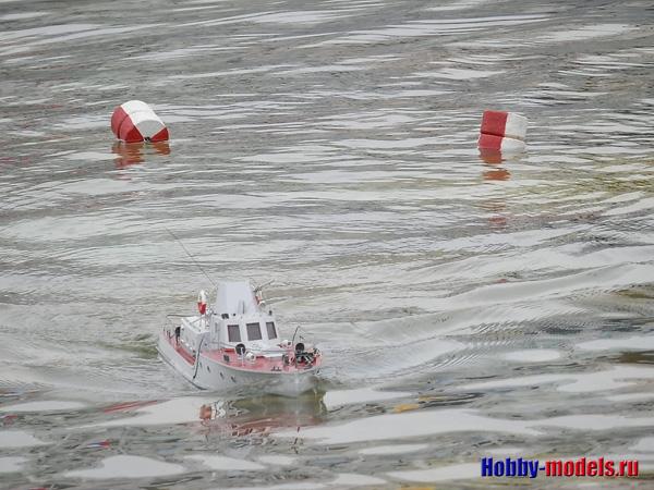 модель катера на дистанции